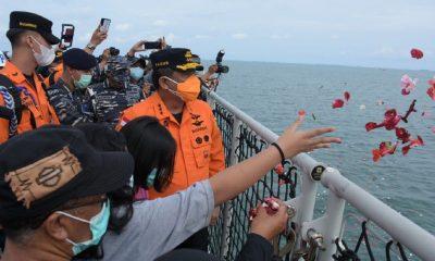 Keluarga korban Sriwijaya Air SJ 182 menaburkan bunga di Kepuluana Seribu. Dokumentasi Basarnas.