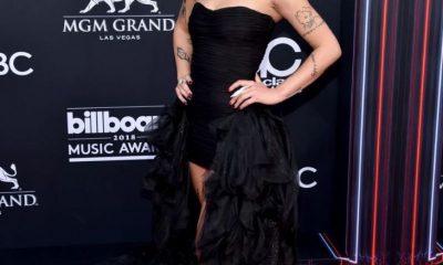 Halsey mengenakan gaun warna hitam dalam Billboard Music Awards 2018