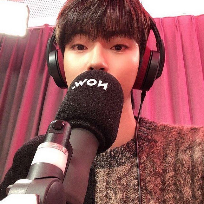 Hwang In Yeop bernyanyi