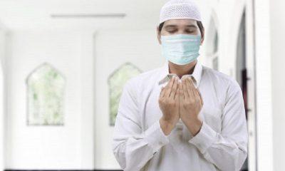 Hanya Ilustrasi - Pria Muslim Memakai Masker Sedang Berdoa. Lebih dari 260 Ulama Wafat Akibat COVID-19.