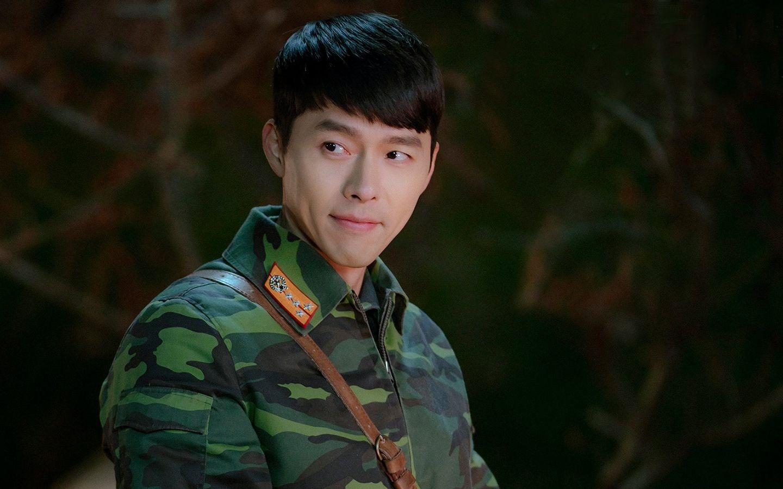 Pemenang penghargaan utama (Daesang) APAN Awards, Hyun Bin, saat Memerankan Ri Jeong Hyeok di Crash Landing On You.
