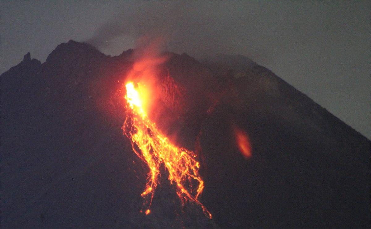 Gunung Merapi Mengeluarkan Lava Pijar