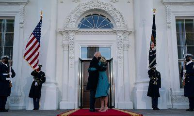 Biden memeluk istirnya di Gedung Putih