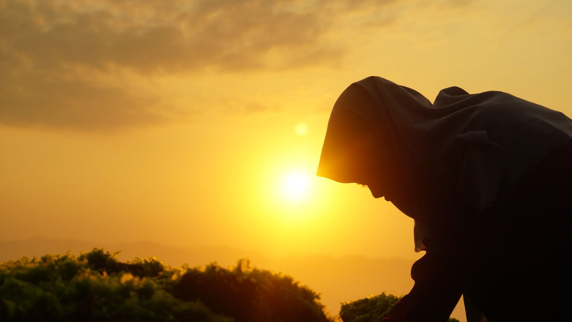 Ilustrasi Seorang Wanita Dengan Hijab Saat Matahari Terbit