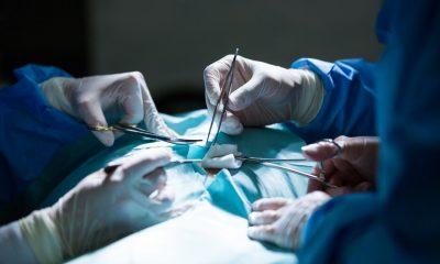 Dokter Bedah sedang menjalankan operasi pada pasien COVID-19.