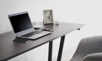Ilustrasi meja kerja dan laptop saat WFH atau Work From Home karena PPKM diperpanjang.