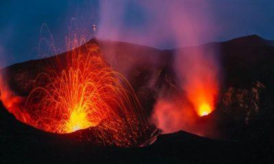 Ilustrasi Gunung Raung Bergemuruh dan Mengeluarkan Cahaya Api