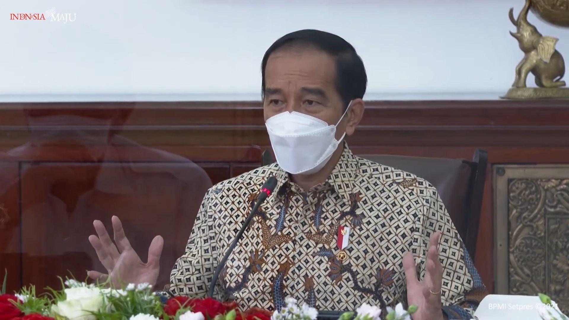 Presiden Joko Widodo memakai masker dan kemeja batik dalam rapat terbatas tentang penanganan COVID-19